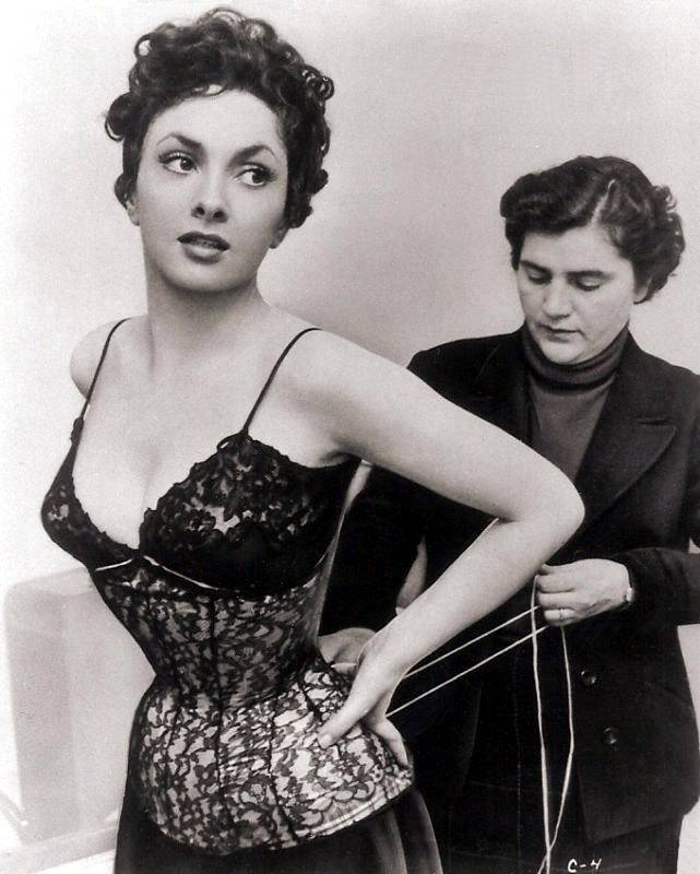 vintagegal:  Gina Lollobrigida getting laced up 1950's