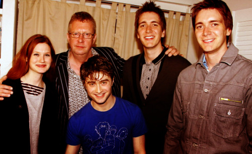 Bonnie Wright, Mark Williams, James Phelps and Oliver Phelps backstage with Daniel Radcliffe after seeing How to Succeed in Business Without Really Trying.  OMG MY INSIDES ARE TINGLING! I truly believe that even when they get old and wrinkly, they will all support each other in everything.  PS. Still waiting for Emma and Rupert to watch Dan. GINNY! YOU DIDN'T TELL ME THE INLAWS WERE IN TOWN!