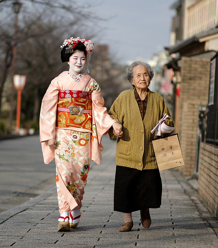 globetrekking:  holding hands / street / walking / young / old / girl : maiko (geisha apprentice), kyoto japan 日本・京都 舞妓 とし愛さん (by momoyama)