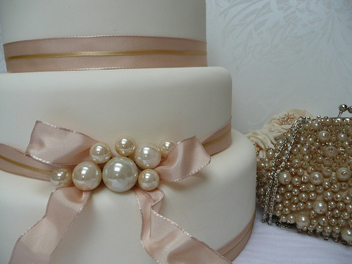 vintagerosegarden:  Pearl and Ribbon Wedding Cake (by cakes from the sweetest thing (Susan))