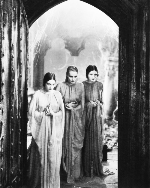 Dorothy Tree, Geraldine Dvorak and Cornelia Thaw in Dracula (1931)