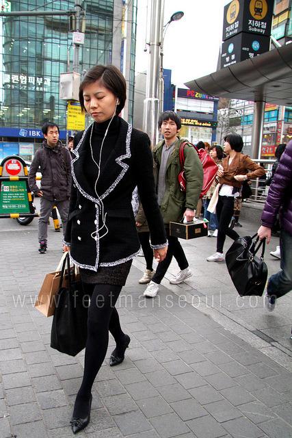 Korean-Korean street fashion in Myeongdong. Girly and femmey trim, cutesy prim. / 순한 한국의 스트리트 패션은 여성스럽게 나름대로 한국식으로 이쁘지 않아요?