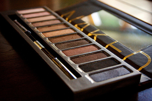 BEST palette. I love this— It comes with a primer potion and a brush.
