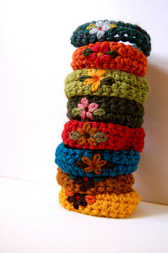 daintyloops:  Crochet Flower Wristbands (by ADKnits)