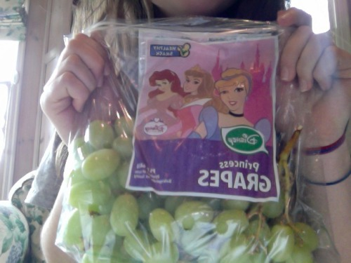 littlem3rmaid:  hahah i thought this was funny  Ooh! Green grapes are my favorite :)