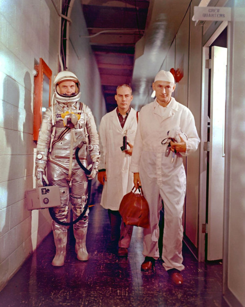 heyoscarwilde:  February 20, 1962, John Glenn becomes the first American to orbit the earth. photograph via  x-ray_delta_one