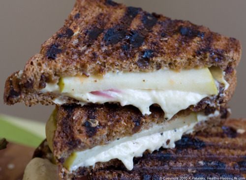 HAPPY NATIONAL GRILLED CHEESE SANDWICH DAY! Pssssst: That's Daiya. :)