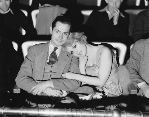 beyondtherocks:  Robert Montgomery and Anita Page cuddle.