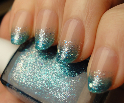 prettyproject:  myshitiscrazy:  glitter blues.  pretty gradient!