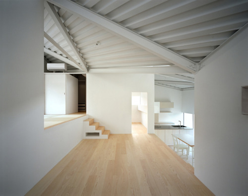 Such a great example of minimalist style: beach wood flooring, clean, straight lines, light flooding in through the windows and bright white walls. Do you think this is attractive, or perhaps a little cold? Let us know what styles you like!