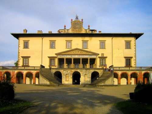 Villa Medici, Poggio a Caiano1480s Comissioned by Lorenzo de'Medici. The double staircase and crowning clock were added in the eighteenth century.