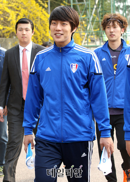 DOOJUN in addidas jacket nice yeah?! ^^