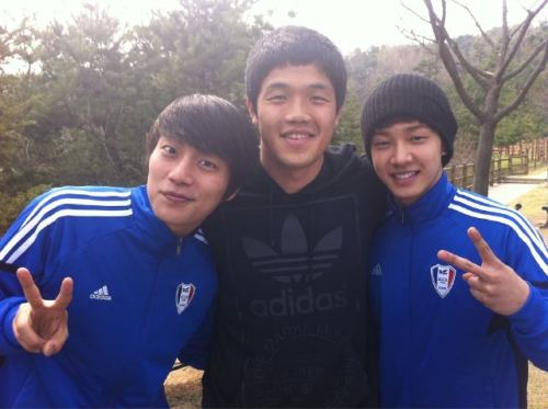 Love this picture! Doojun is smiling ~ ! ^^