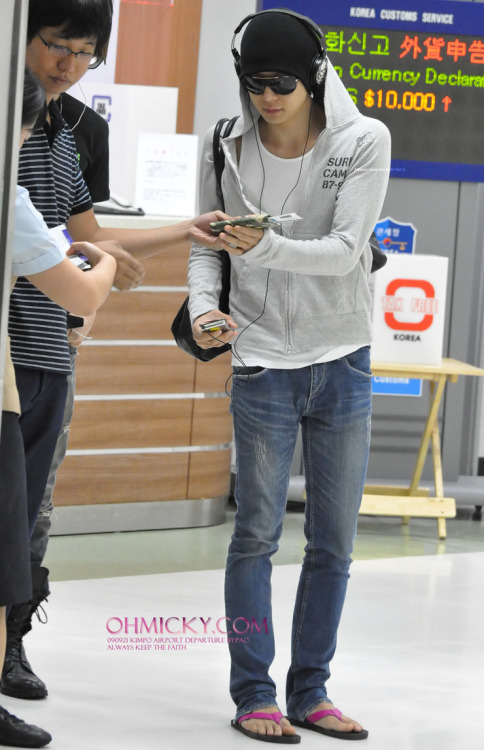 hotdbsk:  Cute toes xDDDD   YES.His toes are GORGEOUS <333…So is he @.@
