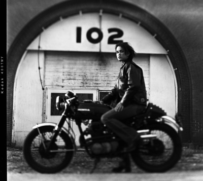Simone on a 1972 Honda CB350… And this one is even better than the last… photo by the amazing Giles Clement. (more here)