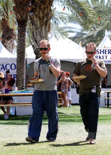 allshallfade:  fuckyeahbillyboyd:  Feeding time at the Coachella zoo meant Billy was able to survive another several hours of music, baking heat, and Dom.  How much do I love that they went to Coachella together? TOO MUCH.   aw, just like ye olde times. :3