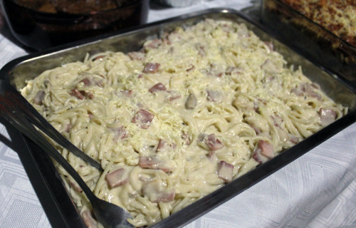 I cooked Carbonara Spaghetti for my lil' sister's birthday, actually the real Carbonara sauce is not that creamy like what you're seeing now in the picture. I know the noodles are supposed to be coated in eggs and cheese but that's not what I wanted, I think mine is more like Alfredo sauce style.  By the way, it's my first time to make one so I'm not expecting praises… but guess what? They (my sis' guests) liked it. They even asked my sister if it's really I who cooked it (ouch) hahaha…  still I'm glad they liked it and there are no leftovers! :]