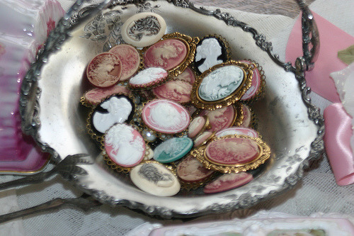 belleatelier:  Brooches psychologists:  (by Sherry's Rose Cottage)   I think my daughter needs these.  If anyone own a cameo and wants to get rid of it, I'll buy it from ya.