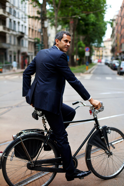 GYAHHDmen in suits on pretty bikes.