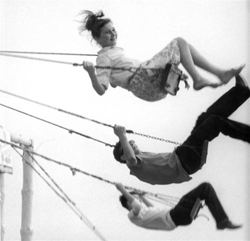 liquidnight:  Vincenzo Balocchi Children on a Swing Italy, circa 1964-65 [From the Réunion des Musées Nationaux]