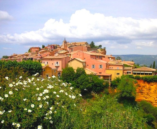 kthyk:  ysvoice:  | ♕ |  Village of Roussillon, Southern France The writer Samuel Beckett went into hiding in Roussillon from the Nazis Germans during the WWII years of 1942-1945. His novel Watt was written there, and Beckett mentioned the village in his famous theater play Waiting for Godot (En attendant Godot), 1955.  [via Wiki]  ベケットがナチから逃れ住んだ街とありますね、南フランスの田園。