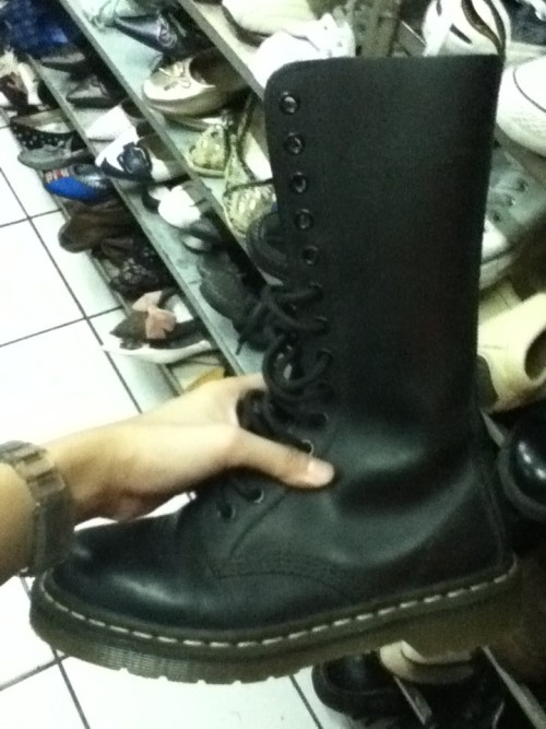 i saw this baby earlier, a 1914 doc martens. fck! it's 1500, pretty cheap for an almost new pair, it fits me perfectly (not really, left foot fits perfectly but i can't seem to get my right foot in) but i wish it's one size bigger so there'll be enough space for my feet to move. gahhh! I WANT IT SO BAAAAAAD!!!  it's a 1914!!! D: