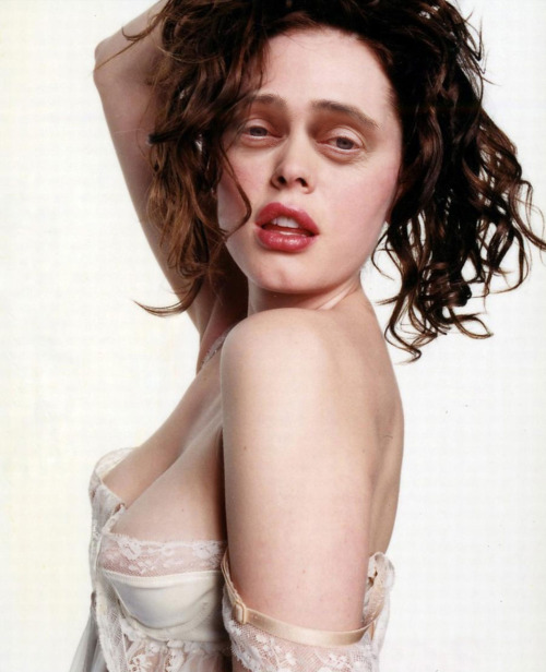 chickswithstevebuscemeyes:  Rose McGowan with Steve Buscemeyes. Thanks to theelectrichorseman for the suggestion.