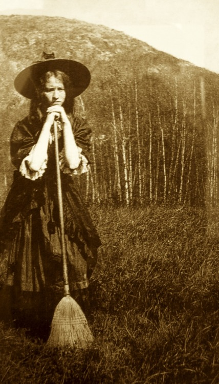Edna St. Vincent Millay as a witch-girl and a haunting woman at Steepletop