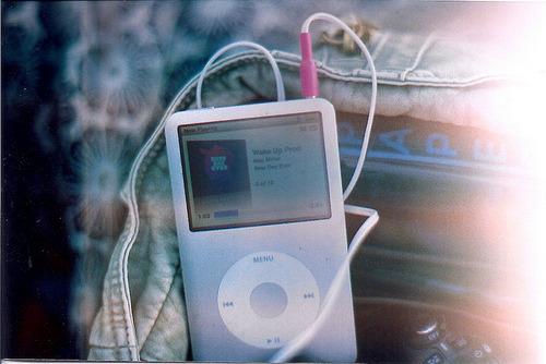 Quantas vezes você já chorou na cama escutando uma música que te fizesse lembrar de alguém especial?