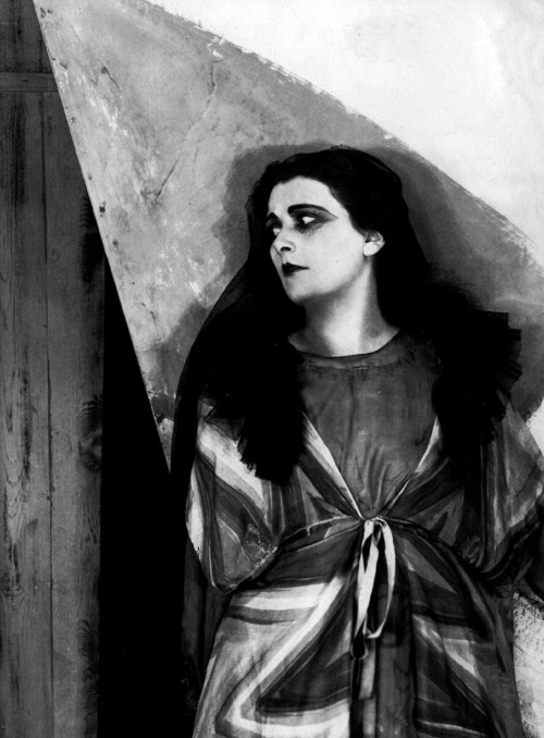 Lil Dagover in The Cabinet Of Dr. Caligari (1920, dir. Robert Wiene) (via)