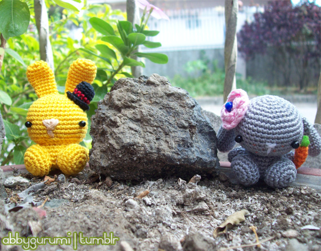 abbygurumi:  bunnies!! :D  the grey one is for my friend, while the yellow one is for my brother :3   Look at her blog for some free patterns!