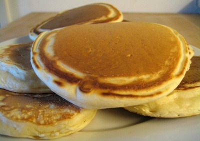 duxelles:  someonesinthekitchenwithme:  26 Calorie Pancakes?! IS IT POSSIBLE?! What you will need: Cake Flour 2tbs Baking Powder 1tbs Salt Some skimmed milk 2 Egg whites The Method behind the Meal: Beat everything together to your desired texture (Thick for CHUNKY pancakes, thin for SKINNY pancakes) Pour into a hot pan until brown on both sides VOILA! BEWARE! If you do make these pancakes because you fancy losing those love handles, don't drown the pancakes in syrup! Try fresh fruit or skinny cream! YUMMA!  need to get some zero cal walden farms syrup for these!