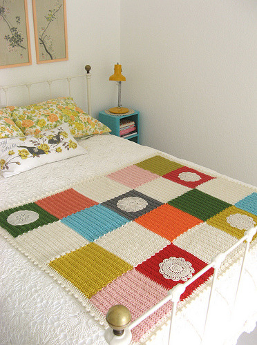 daintyloops:  (via dottie angel: an 'ordinarily extraordinary' blanket how to…)  Makes a nice change from the usual circular crochet designs.