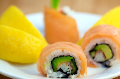 lovelylovelyfood:  Lemon Drop Roll (Lemon, Salmon, Avocado, and Tuna)