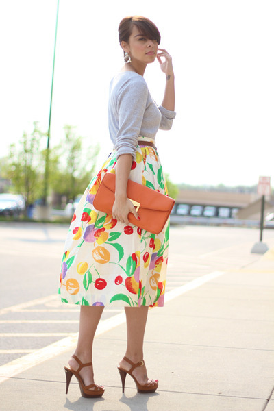 Beautiful retro-chic look! I would love to have that coral clutch! (image via Chictopia)