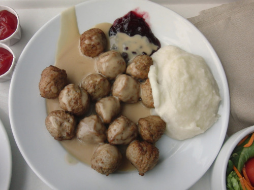 OH so tasty, Ikea meatballs yummy yummy yummy, i always get them for some reason. ISO100, 6.7mm, f/3.9, 1/125