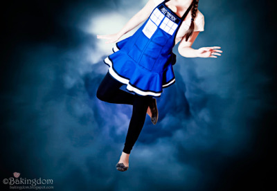doctorwho:  bakingdom:  My handmade TARDIS Apron! Oh! How I love it! Check out the details on my blog: http://www.mybakingdom.com/2011/04/doctor-who-tardis-apron-and-weeping-angels-cookies.html  We really like the weeping angel cookies too. [Insert obligatory joke about blinking and they will get you here.]  :O :O :O  oooohmahgod