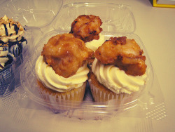 "cupcakejunkie:  Robicelli's Chicken n Waffles cupcakes  Vanilla ""waffle"" cake, vanilla buttercream, buttermilk soaked fried chicken dunked in pure Vermont maple syrup.  (by emmastory)  Look Liz!"