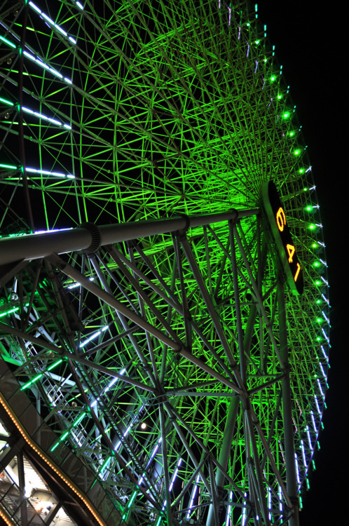 fuckyeahstreetlights:  Cosmo Clock 21 is a giant ferris wheel located in Minato Mirai 21, Yokohama. It is also the world's largest clock. Check my blog? :) http://kyokphotography.tumblr.com/