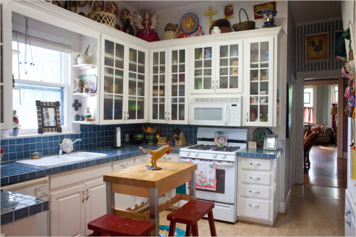 I want to bake pies in this kitchen! I want to wear pretty dresses and bake cookies in this kitchen! I want this kitchen!