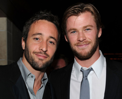 ohyeahsexymen:  Alex O'Loughlin & Chris Hemsworth <3