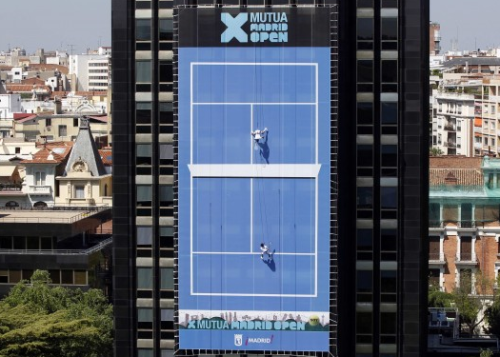 Awesome stunt. Vertical tennis in advance of the Mutua Madrileña Madrid Open 2011.