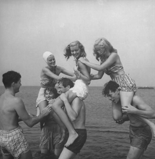 Aren't the bikini's great? hollyhocksandtulips:  Beach fun, 1940's