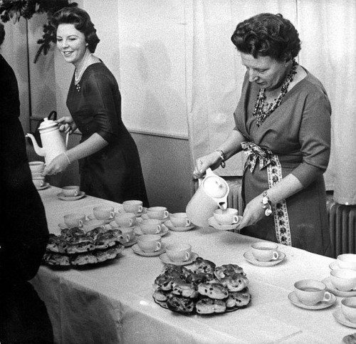 Queen Juliana and Princess Beatrix serving hot chocolate at Soestdijk Palace Christmas reception, 1960