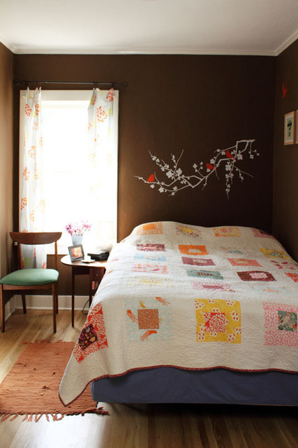 the dark walls really make this handmade quilt pop ticktockclock:  Bethany's House