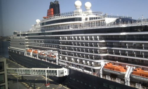 Grooooote booot, Queen Victoria cruiseschip blokkeert het uitzicht op kantoor. Op de 6e verdieping kijk ik er nog niet overheen. Big ship. Cruise ship Queen Victoria blocks the view. I'm on the sixth floor of the Ymere office in Amsterdam and still I don't look down on the top deck of this gigantic ship.