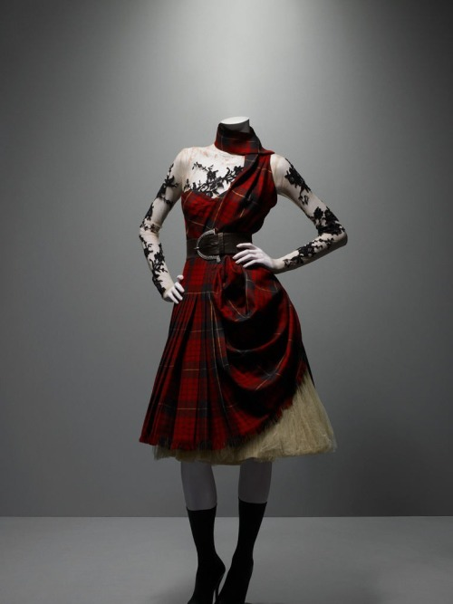 "jascakes:  omgthatdress:  Alexander McQueen ""Widows of Culloden"" ca. 2006  Want!    Is it terrible I want to make this? Probably."