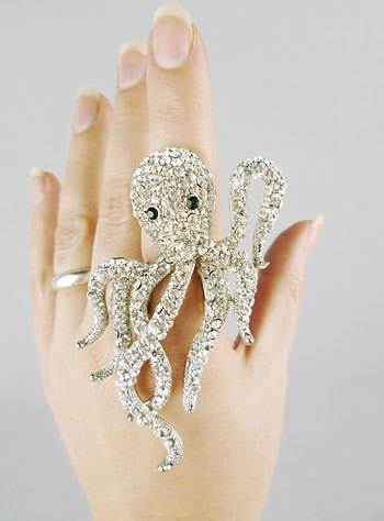 faeryluvr:  (via Cthulhu Monster Cocktail Ring | PLASTICLAND)  Too bad it would never fit me ;__;