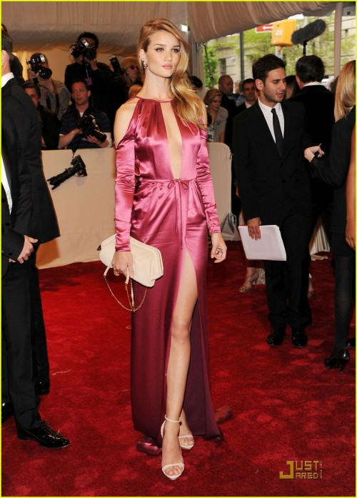 Rosie at the 2011 Met Ball wearing Burberry of course. She looks amazing.