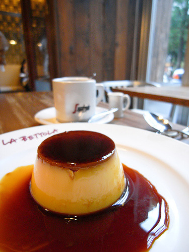allthatsyummy:  Flan @ LA BETTOLA bis (by yusheng)    I want this!!